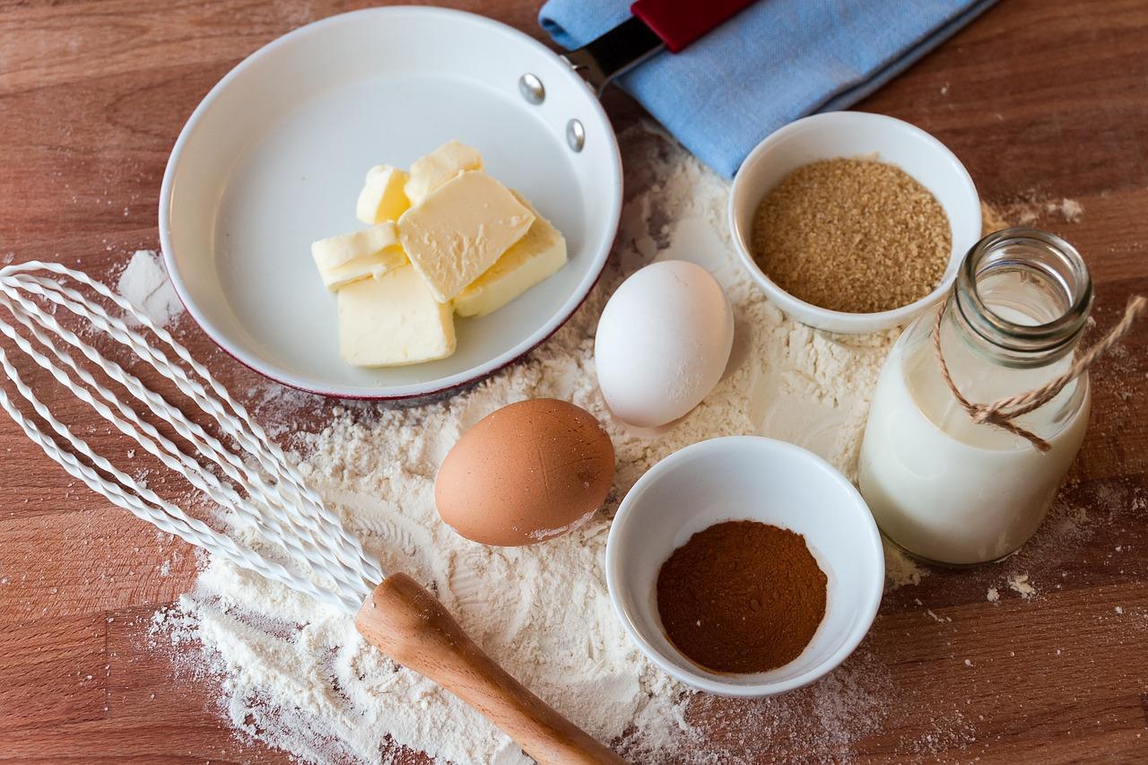 ביצים קמח גבינה תבלינים