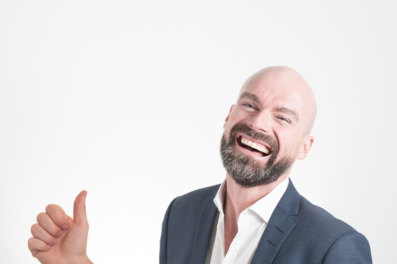 איש מחייך