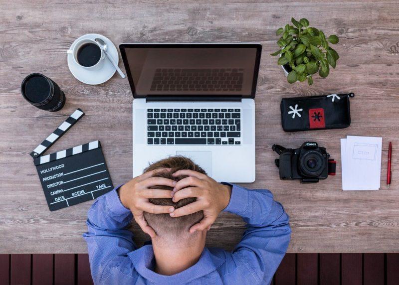גבר מתוסכל מול המחשב