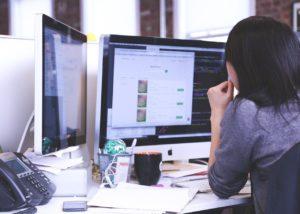אישה בעבודה מול מחשב