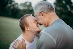 אבא ובן עם צרכים מיוחדים ברגע מרגש - תמונה להמחשה