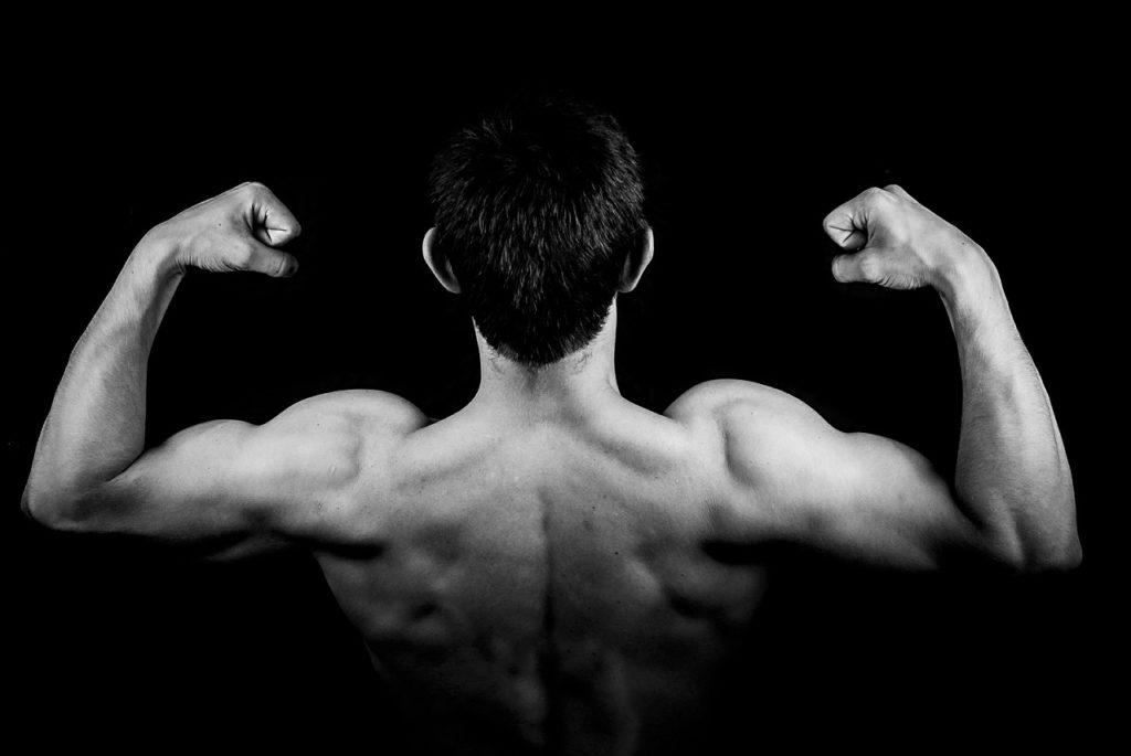 איש עושה שרירים